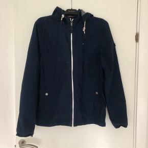 En virkelig lækker og velholdt overgangs/efterårs jakke. Har sat den til god men brugt , men den fremstår nærmest som ny. Den har aftagelig hætte.