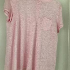 Varetype: Bluse Farve: Lys Rosa Oprindelig købspris: 899 kr.  Smuk smuk bluse, med læg i ryggen !