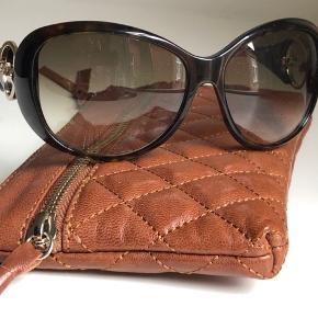 Smarte  Gucci solbriller. 1 par brune med runde gyldne cirkler på stangen. 1 par brune med smuk dekoration med gyldent mønster på stangen og rundt om glasset. Sælges kun samlet. Begge par er brugt, og har spor derefter.