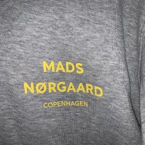 """Lækker Mads Nørgaard sweater, som ses på sidste billede har den lidt """"fnuller"""" over det hele."""