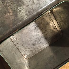 vintage dåse i metal, bærer præg af alder med brugsslid på kanter. Flot grøn farve med blomstermotiver. 22x15x17cm. 60kr Kan hentes Kbh V eller sendes for 45kr