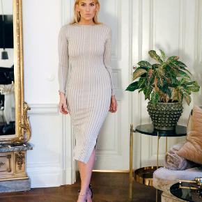 Super flot kjole med glimmer. Brugt en gang, som ny.