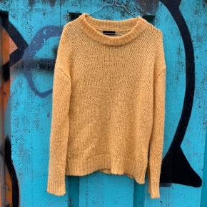 Gul sweater fra 2ND DAY i str. XS (passer også en small) ⭐️ . Har lidt fnuller, så den skal skrabes engang.   Nypris: 1.500 kroner
