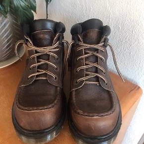 """Sælger disse Dr. Martens støvler for min far. De er brugt 2 gange og fremstår derfor som """"aldrig brugt"""". De er i brunt læder og i en str. 43 ☺️  Spørg for mere!"""