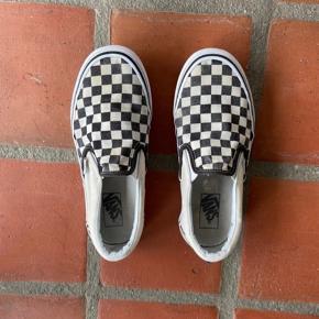 Skoene er i fin stand! Hælene er meget lidt slidte, det er dog ikke noget man kan se når man har dem på. Derudover er der ingen tegn på slid. Ingen huller.  Skriv for mere info!