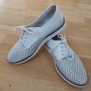 Lyse mintfarvede sko fra Shoe Biz Copenhagen. Købt for små, og er derfor kun brugt få gange.  Materiale: skind Oprindelig pris: 599 kr