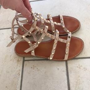 Super fine sandaler . Brugt sparsomt . Med alm brugsspor . Prisen er en mindstepris.