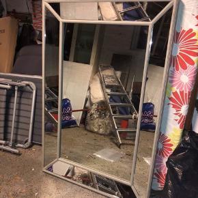 """Gråt spejl fra Lene Bjerre, i rustikt look. Der er sorte """"pletter"""" på hele spejlet, som vises på sidste billede (de er en del af spejlets look) Målene er 120*80cm  Np 1500"""