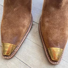Lækre støvler med metalsnude Aldrig brugt Sælges da jeg har andre  Bytter ikke
