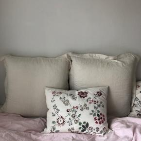 Sælger to store puder (cirka 1x1 m), pudebetrækket er hvidt/råhvidt og følger med, og kan self vaskes og skiftes🤷🏼♀️🌺  Supergode til store senge eller sofaer 🧸  Afhentes på Nørrebro