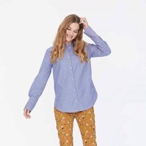 Heartmade blå skjorte med fine knappe detaljer  Str. 34 Np: 1200-1500kr 100% bomuld   Billede med model; er en anden skjorte fra Hartmade som den minder om.