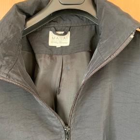 Fin kort jakke med tyndt foer. Er rigtig flot uden på en kjole.... Er ikke brugt ret meget og derfor rigtig fin  Bryst 2 x 85 Længde 60  100% Polyamid...
