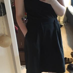 Sort nederdel med lommer  Str M/L