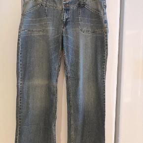 Virkelig flotte jeans i høj kvalitet. Lækre washout detaljer.  Mål: B: 2x52 cm L: 110 cm