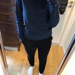 Blå sweater fra Boohoo Afhentes 8000 Aarhus C  Sendes også med Dao, køber betaler selv fragten.