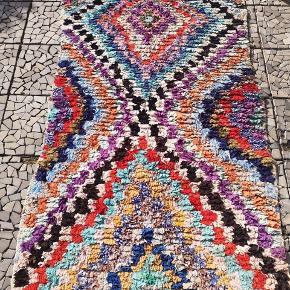 Helt Ny, håndlavet klude tæppe fra Marokko. 100 pct. Bomuld. Kan vaskes i vaske maskinen.  Prisen er Inc Porto og det gives 14 dage bytte garanti.  Måler 160 x 85 cm