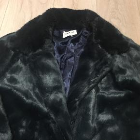 Lækker faux Fur frakke , med hægter så den kan lukkes