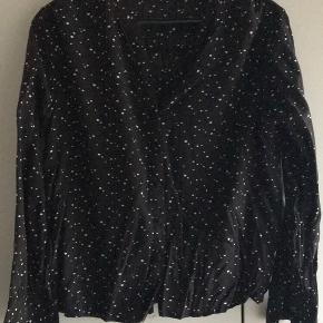 Sælger denne sorte skjorte med hvide stjerner fra only. Den er brugt 1 gang og fejler intet. Sælges da jeg har for mange skjorter.   Den er super fin, når den lige er blevet strøget - ser lidt krøllet ud på billedet   Det er en størrelse 42.   Ingen rygning eller dyr i hjemmet. Byd