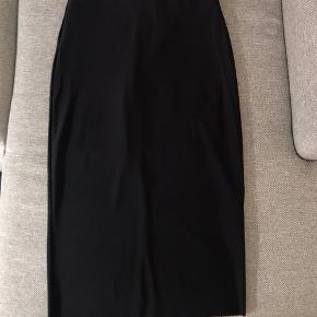 81% polyamide, 19%elastin; has a short polyester lining skirt