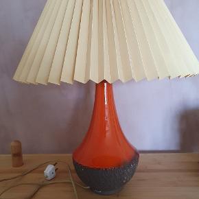 Retrolampe, der er orange-rød og brun nederst. Lampeskærm kan skiftes.