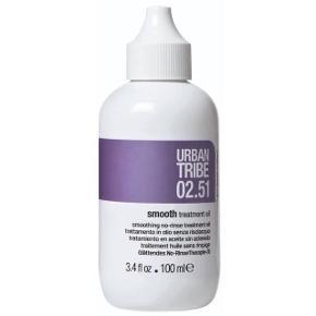Urban Tribe 02.51 Smooth Treatment Oil er en hårolie, som er er totalt uundværlig til et kruset og tørt hår. Disse fantastiske dråber tilfører håret en masse fugt, og gør hvert enkelt hårstråt mere glat i overfladen. Den er rig på æteriske olier og aktive ingredienser som organisk shea -og avokadosmør, arganolie, hydrolyseret keratin samt anti-statiske midler. Kombinationen af dette unikke indhold giver en dyb hydrering, eliminerer krus og plejer håret i dybden. Resultatet er et silkeblødt hår, som ser meget mere velplejet og glansfuldt ud.