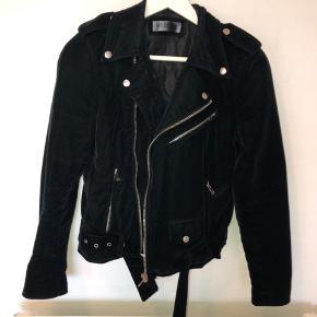 Velour biker jakke. Meget mørkegrøn, ser næsten sort ud pga. materialet. Nypris 1800kr 🌸 BYD gerne!