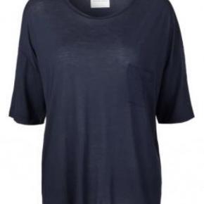 Varetype: Bluse  T-shirt Helt ubrugt Størrelse: M ( L ) Farve: Sort Oprindelig købspris: 499 kr.  Helt ny og ubrugt bluse . Str hedder M men den er lidt oversize . Måler 54 cm fra ærmegab til ærmegab . Lavet af 100% lyocell ( naturmateriale )  Sender med Dao Bytter ikke
