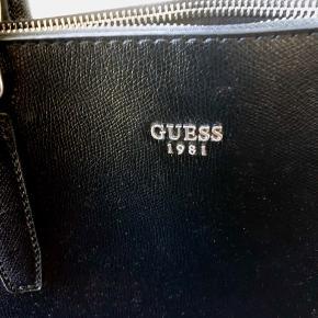 Super fin Guess taske som jeg har fået i gave. Kun brugt få gange, da den har sølv hardware og jeg mest går med guld. Super pæn og fejler intet.