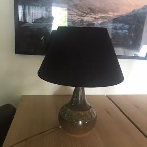 Søholm lampe med sort lampeskærm.