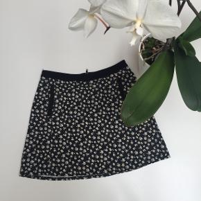 Blomstret nederdel med lommer foran og lynlås bagpå fra Urban Outfitters. Str. M.