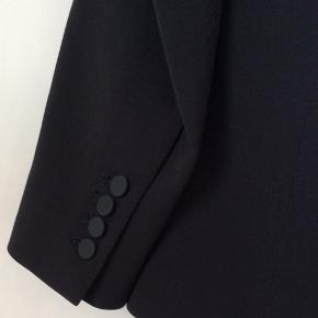 Flot sort jakke med silke revers.jakken er foret.