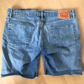 Jeg har købt dem fra ny, som værende shorts. Dog er min umiddelbare tanke, at det forhen har været et par jeans.  Af den grund er det ikke mig, som har klippet dem i denne længde og haft yderligere at gøre med måden det er foregået på.  God stand!