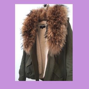 STYLE BUTLER  Lækreste bumper jacket med smuk pels. Jakkens foer samt pels er aftageligt.   Størrelsen er 34, men fitter 36!  NP: 4000,- MP: 999,-