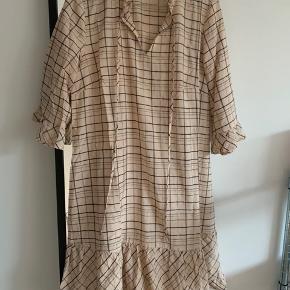 Sælger denne Moves kjole. Den er aldrig brugt, har bare taget mærket af. Byd