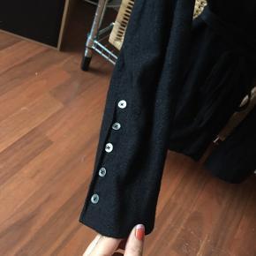 Slå-om blazer i uld og bomuld med metallic tråd i. Rigtig fin stand.