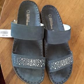 Super flot mørkeblå sandal fra Nordic Softness str 42. Helt nye med prismærke - sælges da jeg desværre har for brede fødder