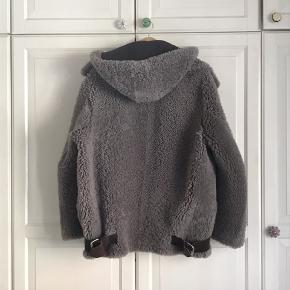 Skøn Acne frakke til salg. Sælger det den ikke bliver brugt.  Nypris: 18.000dkk  Pris: 6500dkk    Åben for bud