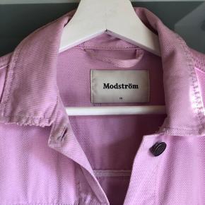 Rigtig smuk lyserød denimjakke fra Modström, med fed detalje på ryggen 💗💗 Køber betaler fragt  Byd gerne - vi kan også aftale mængderabat, hvis der købes flere stykker tøj på min side ☺️