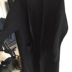 Fin jakke/frakke/kimono fra Vila i sort. Kan ikke lukkes. Fejler ikke noget.