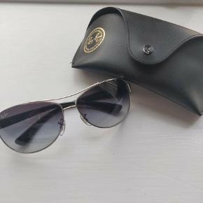 Et par super fede solbriller i utrolig god stand. Står som næsten nye, da de aldrig rigtig er blevet brugt. Til solbrillerne medfølger der originalt etui og pudseklud. Solbrillen er købt for godt og vel 8 år siden, og kvitteringen er af den grund ikke længere eksisterende. Jeg er åben over for alle bud, og har mulighed for enten at sende eller mødes.