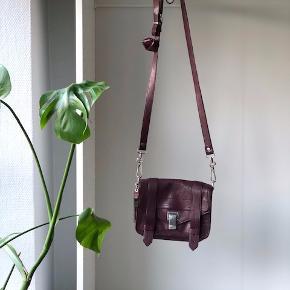 Købte tasken i Proenza butikken i New York i foråret 2018.  Har brugt tasken nogle gange, standen er så god som ny.   Nypris for tasken er 6300 kr.   Kom med et realistisk bud og lav en god handel :)
