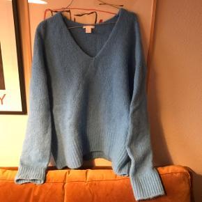 Dejlig blød sweater fra H&M i blå farve med v-udskæring 🌊 har fået en mindre plet foran, prisen er sat herefter. Den er lettere oversize, jeg har mest brugt den til at hygge i 🌸   Bemærk - afhentes ved Harald Jensens plads eller sendes med dao. Bytter ikke ✨  🌟 Sweater strik blå uld alpaka uldsweater bluse oversize