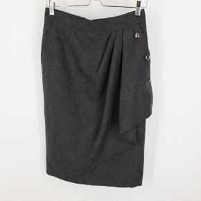 Max Mara nederdel. Størrelsen er klippet ud men den måler 39 i taljen