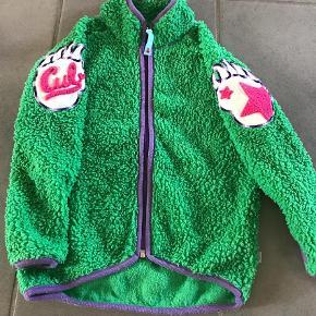 Varetype: Jakke Farve: Grøn Oprindelig købspris: 449 kr.  Flot og velholdt jakke. Brugt begrænset. Vasket nogle få gange men der er en anelse vaskefnuller på kanterne hvilket kommer efter første vask. Flot og klar i alle farver. Kanten er lilla.