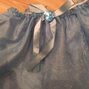 Nederdel udklædning 1-3 år  -fast pris -køb 4 annoncer og den billigste er gratis - kan afhentes på Mimersgade 111 - sender gerne hvis du betaler Porto - mødes ikke andre steder - bytter ikke