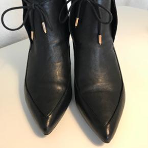 Flotte ankelstøvler fra Shoe The Bear. Str. 40. Gmb. I flot stand. Flere billeder kan sendes.