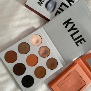 Sælger disse makeupprodukter fra Kylie da jeg ikke bruger dem længere.  Øjenskyggen er the bronze palette, hvor flere af farverne slet ikke er brugte.   Blushen er x-rated og har en smuk fersken farve. Brugt lidt. 💗✨  Prisen er for begge produkter, men kan også købes seperat!
