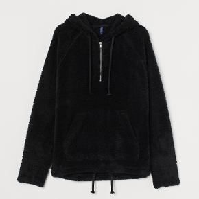 H&M / Divided Teddybear jakke Str. Small Brugt 1 gang Farve: Sort  Bryst: 2x60 cm Hel længde fra skulder og ned: 73cm Indvendig ærmelængde: 55cm  100% Polyester  Pris: 65,-  Prisen er plus porto Sender med DAO