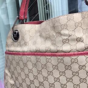 Gucci skuldretaske med monogram print Har slid ved hjørnerne
