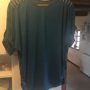 Sød bluse med lækker detalje på ærmerne. Køber betaler Porto